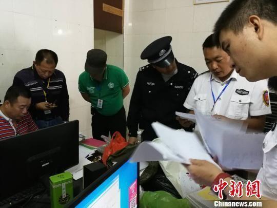执法人员在涉案公司开展检查工作。 三亚市旅游质监局供图摄