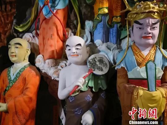 八百尊佛像当中每一尊佛像都是有姓有名,有五方佛菩萨、十六众菩萨、十童子、十金刚、十飞天以及诸多尊者总计800余位。 李亚龙摄