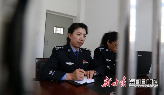 史秀萍正在讯问犯罪嫌疑人.jpg