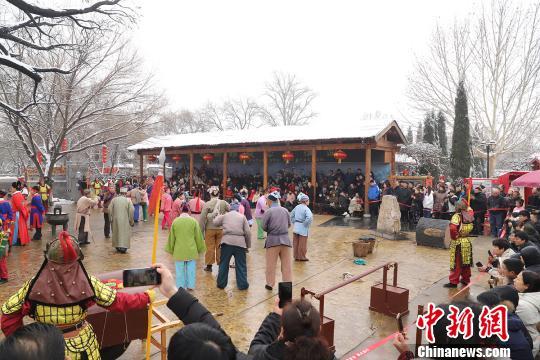 """山西洪洞的大槐树是很多海内外华人寻根祭祖的圣地,也是亿万移民后裔心中""""家""""和""""根""""的象征。 洪洞大槐树景区供图摄"""