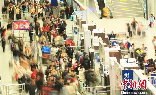 2月10日,衡阳铁路公安处民警在高铁衡阳东站维护旅客进站秩序。 通讯员莫玉鑫摄