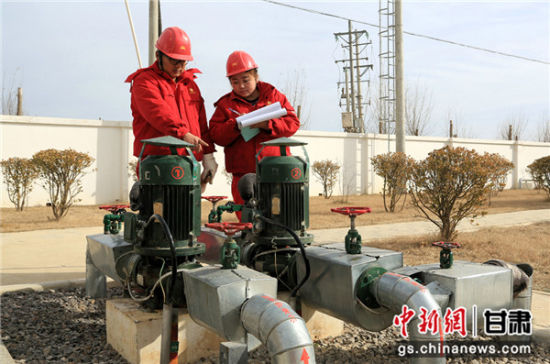 """杨青、李东是工作在采油二厂边远小站梁四增的一对85后""""夫妻档""""。钟欣摄"""