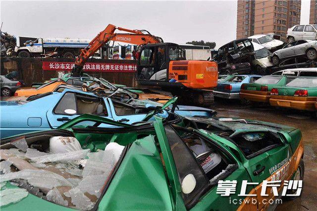 22辆无牌无证非法营运车辆瞬间变成废铁。?#25484;?#22343;为长沙晚报记者王志伟摄