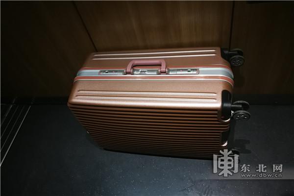 高铁上三名女乘客用同款行李箱互相拿串闹乌龙