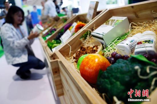 进口保健品受到消费者青睐。 汤彦俊摄