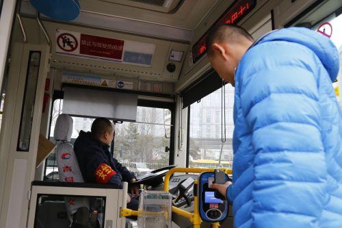 (青岛公交集团用图)市民坐公交可选择多种支付方式,一台收费机就搞定。