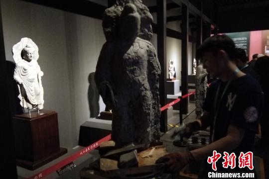 西安美术学院学生开展雕塑临摹。 田进摄