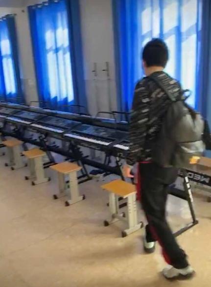 PDD希望小学投入使用设备齐全,网友欢呼:电竞古天乐