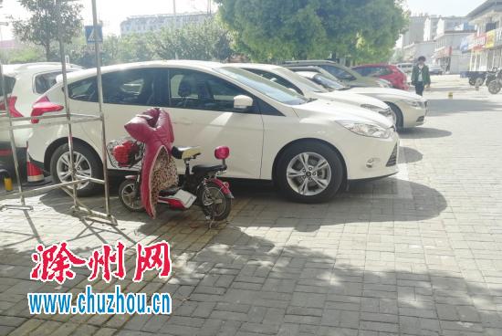 盲道上竟然有停车线?位于滁州南谯中路人行道