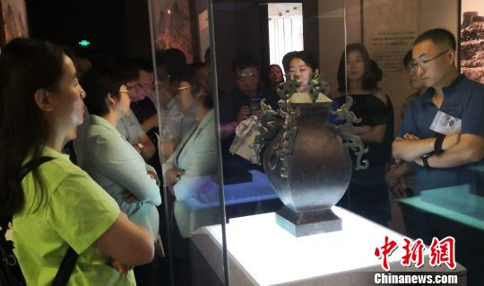 市民参观古中山国文物俱凝搏摄摄