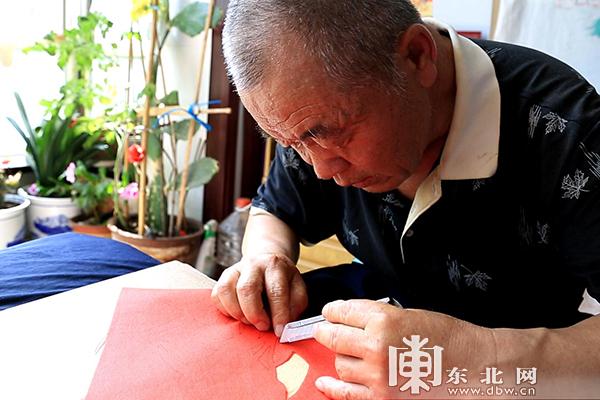 七旬老人巧手布刻140幅作品 献礼