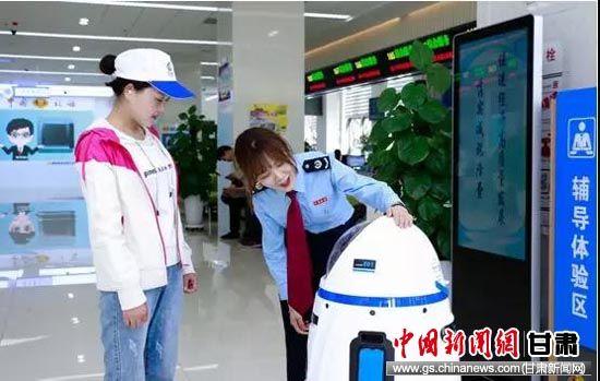 """机器人""""税小能""""正在导税。"""