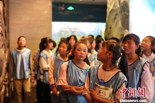图为孩子们参观甘肃省博物馆。 崔琳摄