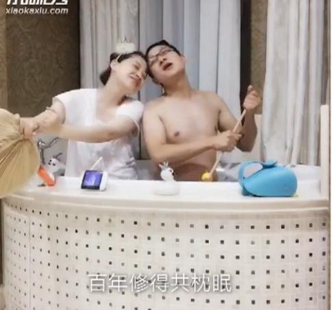泡澡版白娘子许仙!梅婷与老公浴缸里划船 [有看点]