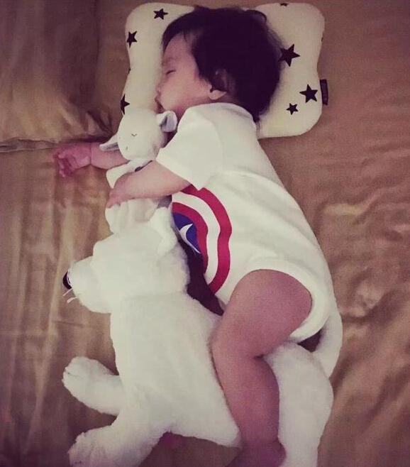 欧弟女儿抱玩偶熟睡 肉呼呼小腿超可爱(图)【星看点】