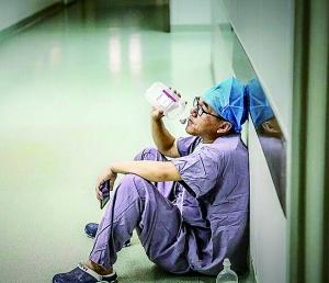 男护士喝葡萄糖补体力走红 回应:家常便饭