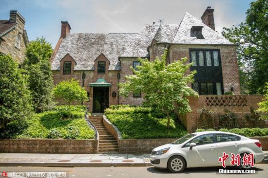 当地时间2016年5月25日报道,美国总统奥巴马和夫人米歇尔近日在华盛顿西北部的富人区卡洛拉马区,租了一幢8200平方英尺(约762平方米)的房子,作为他们在白宫之后的第一个住所,直到小女儿完成中学学业。据报道,这幢房屋位于华盛顿最高档的社区之一,住宅价值430万美元(约2818万人民币),住宅足够大的空间保证了功能的完整性,其中包括独立更衣室、奥巴马和夫人各自的洗浴间、娱乐空间和一个安静的花园。住宅建造于1928年,一共包括9间卧室和8个浴室,明亮的客厅占据了底层大部分空间,比白宫的整体感觉更加现代化。图片来源:东方IC 版权作品请勿转载