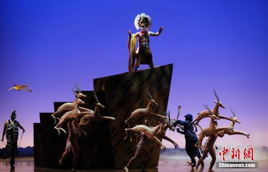 资料图:6月14日晚,迪士尼经典音乐剧《狮子王》中文版在上海举行全球首演,《狮子王》首演于1997年11月13日,中文版《狮子王》是其第9个语言版本。汤彦俊摄