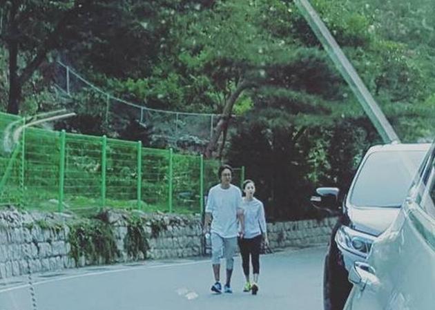 裴勇俊陪孕妻散步 朴秀珍挺孕肚四肢纤细【星看点】