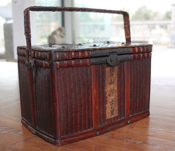 徽州竹编所编织的花纹分镂空,密织和空密相间;色泽有素色,彩色和漆色