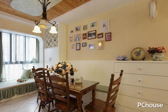 餐厅飘窗设计效果图 餐厅飘窗设计效果图8 这个餐厅有着大大的飘窗,而且飘窗的造型还比较独特,是圆弧形的,在建筑中可以体会中国人外圆内方的为人处事意境,配上淡绿色的窗帘与帷缦,有一种清新之感。厚重的餐桌与餐椅,给人稳重的感觉。 在看过小编的介绍之后,大家觉得上面这些设计怎么样呢?