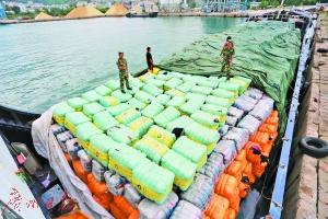 """从香港走私到内地的549吨""""洋垃圾""""服装被截获"""