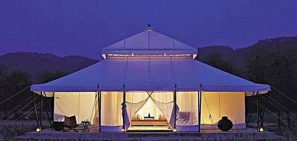 澳大利亚悉尼佩博巴克露营酒店 这家由12个巨型帐篷组成的酒店位于南半球悉尼南海岸以白色沙滩和明澈剔透的海水著称的Jevis海湾。为了充分保护置地自然环境、花草植被和鸟类生物,所有帐篷均悬挂于树木之间,既最小化了土木工程对地貌的影响,又充分利用海风资源以实现通风。 除了传统的海上运动之外,你可以在初夏和深秋季节看到北游的鲸鱼,可以俯瞰风光旖旎的海湾美景来一场标准的高尔夫比赛,邻近酒庄的琼浆自然也不会令好酒之人失望。