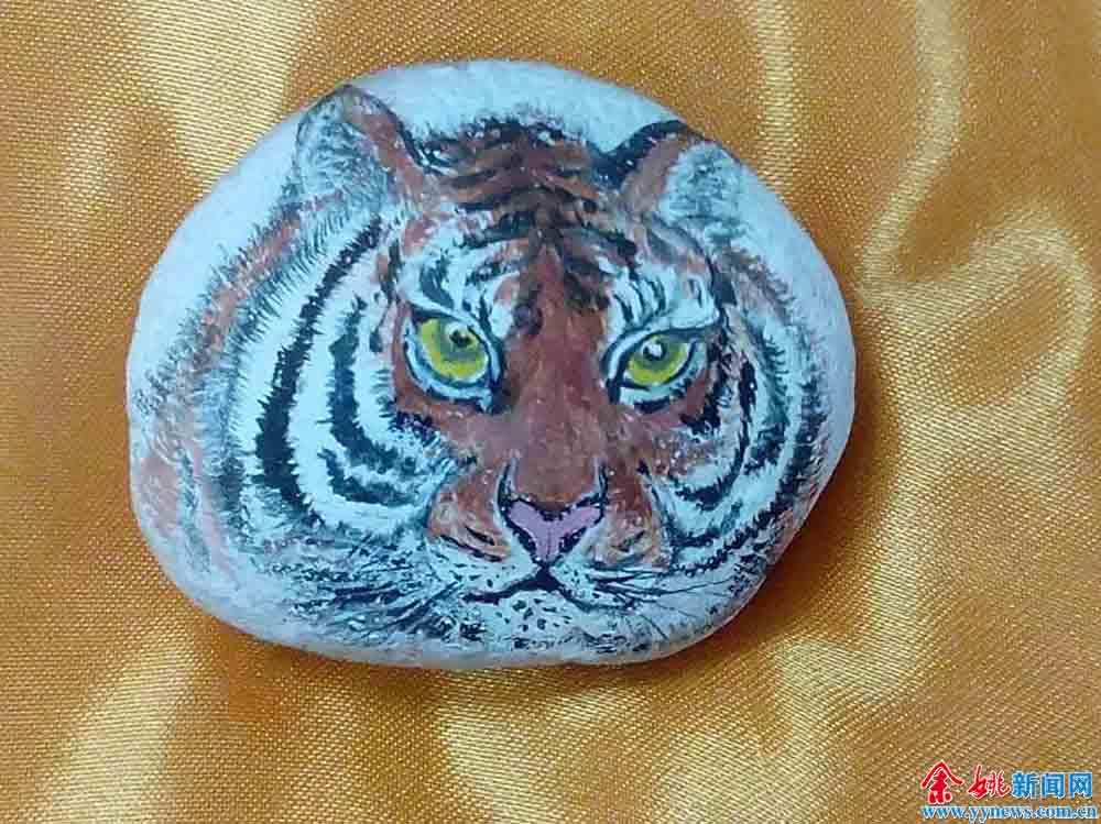 小石头上绘出花鸟虫鱼