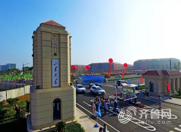 青岛校区的南校门有着完整的交通标志规划