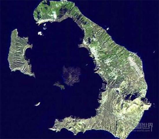 走进圣托里尼岛,坐看美景品美酒
