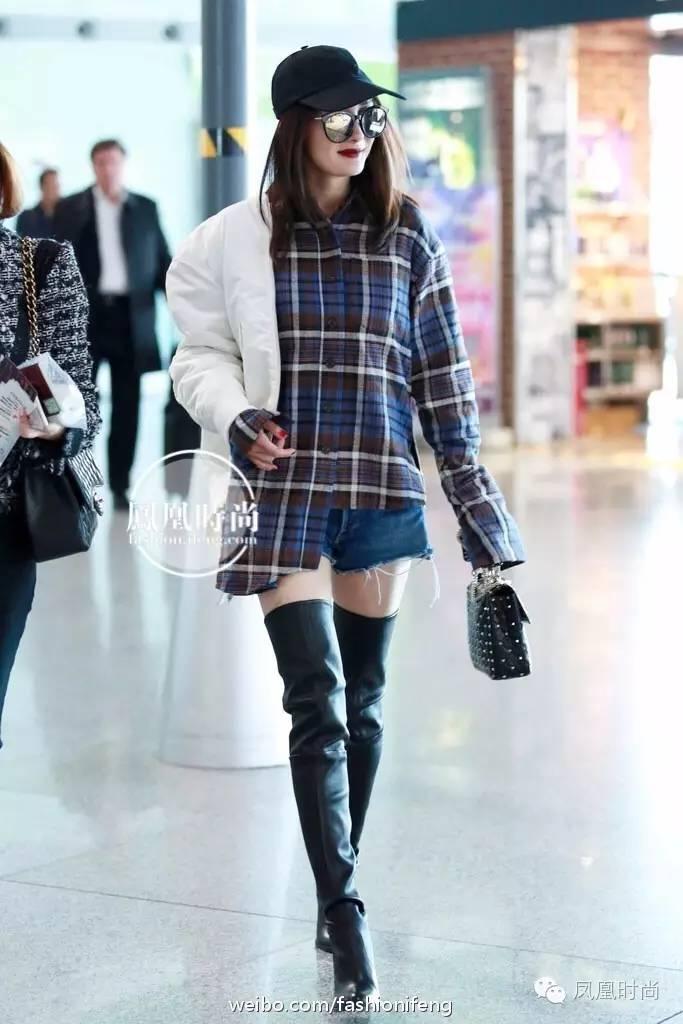 杨幂穿条裤子这么多人围观 因为她的裤子比腿更好看