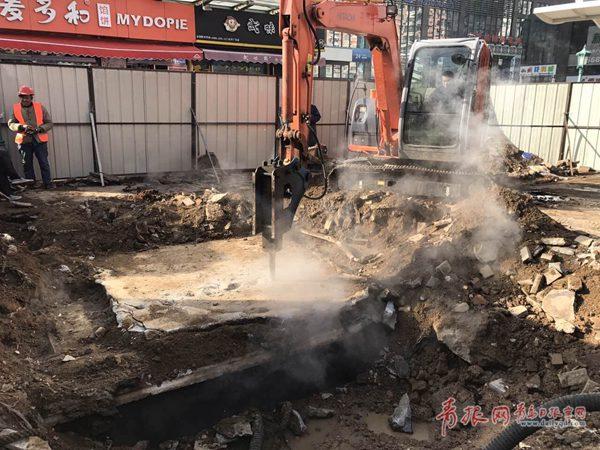 青岛漳州路供热管网泄露点已找到 抢修队员彻夜奋战