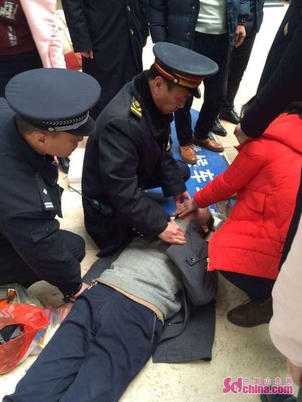 一众人在淄博火车站v众人时突然旅客发作视频驾校车学癫痫图片