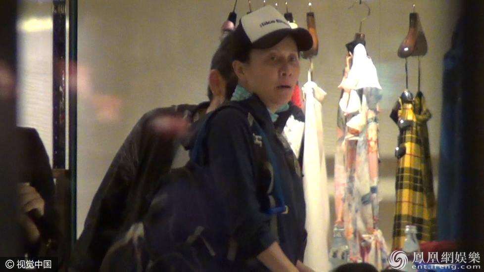刘嘉玲素颜与男友人购物 你能认出她吗?(组图)