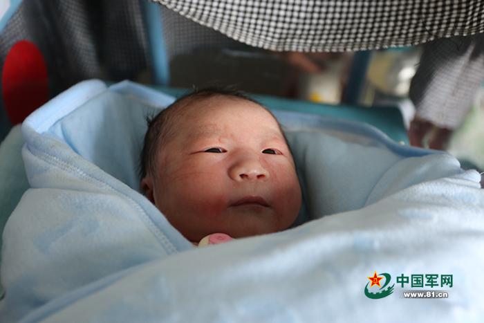 坠机飞行员张浩烈士的妻子生下男婴 母子平安
