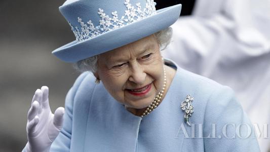 同样是出门,英国女王的行李箱里都装了啥?