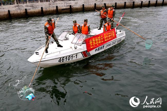 海警官兵清理海上垃圾
