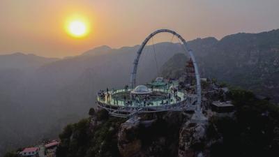 """位于北京平谷区石林峡景区的钛合金""""飞碟""""玻璃观景台"""