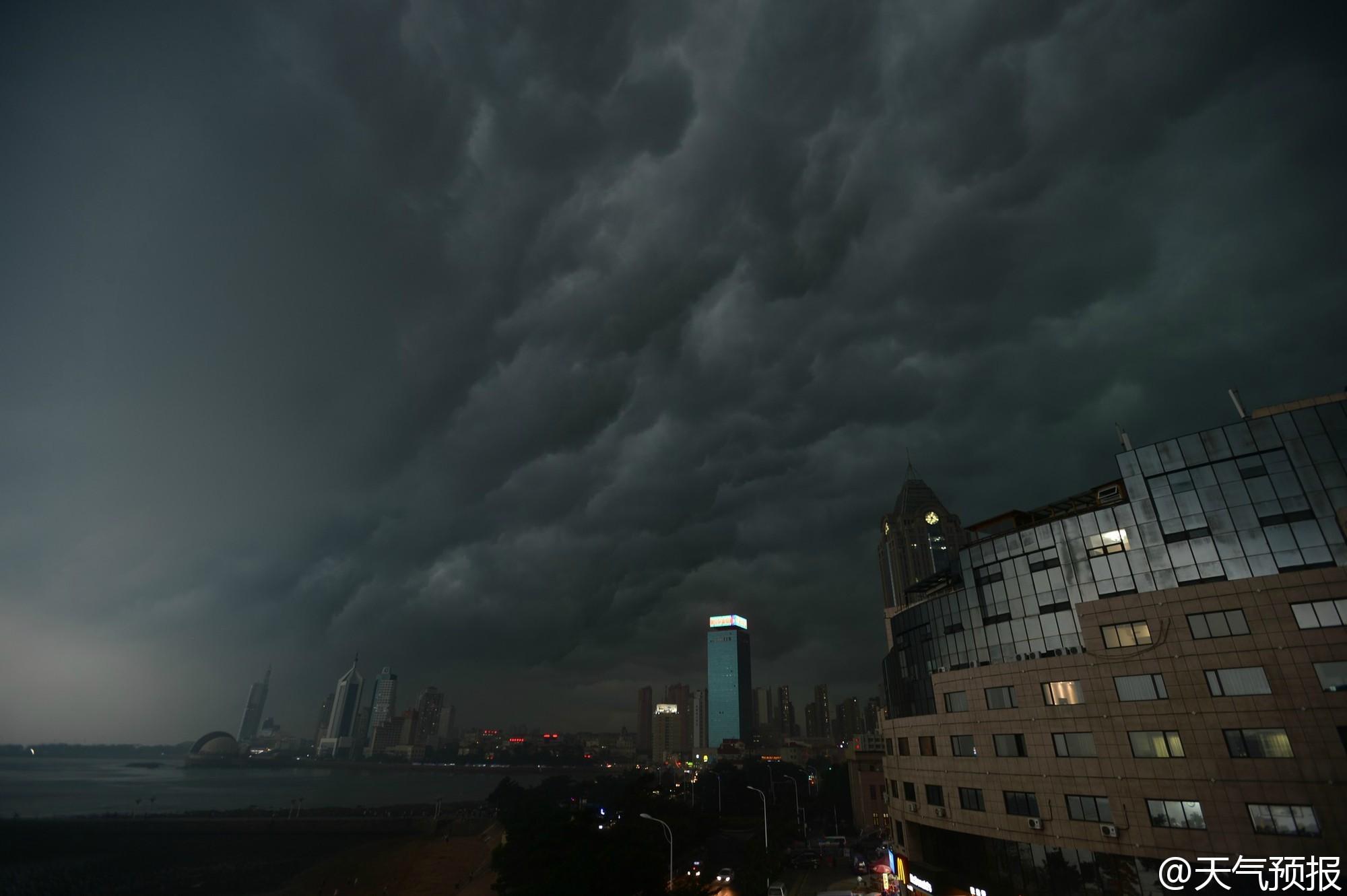 """山东青岛上空受乌云笼罩,暴雨来临前的一刻,堪比美国""""好莱坞末日大片""""。"""