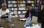 """除了日常生活之外,退了休的文师傅最大的爱好就是读书和写文章。""""原以为,来了红谷滩新区还要坐一个小时的公交去老城区的新华书店看书。现在摩天轮下面的新华书店是我每周必去的地方,这里不仅书更多,而且还有免费阅读位。""""文师傅对凤见摄影师说。"""