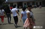 小易(化名),2000年出生的女孩,南昌县南新乡人,父母从事机修工作。摸底测试450分左右的她,成绩在班中算上游,正常发挥的情况可以考上普通高中,获得参加高考的机会。
