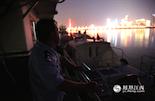 夜深了,结束了巡逻的老刘靠在码头上,看着他和同事们守护的这片江面平静而美丽。在他们每个人心中都有这样一个期盼:愿赣江永远不再悲伤。