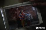 这张照片是李淑萍(左一)和妹妹弟弟唯一的一张合影,在两岁时李淑萍母亲就因为癌症离开了他们。在没有母亲的日子里,一家人靠着父亲的小生意还算过的可以。
