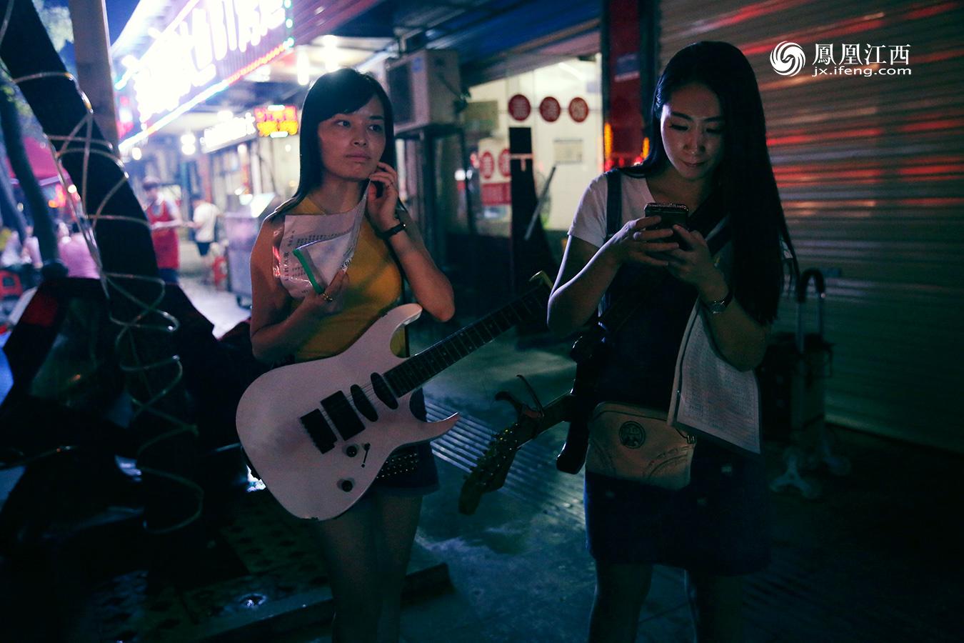 每晚都能看到两个背着吉他的女孩穿流