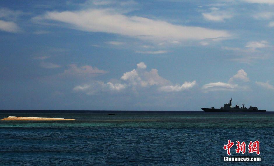 图为远海训练编队巡航南沙岛礁