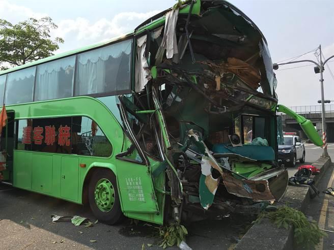 统联车头严重变形。(图片来源:台湾《中时电子报》) 中国台湾网11月5日讯 据台湾《中时电子报》报道,台湾1号高速公路北上约249公里处,中午一点左右发生9车连环撞的重大车祸,至少10多人送医。 据报道,下午1点多,一辆由台南开往台中的统联客运行经大林交流道附近时,疑似没有注意到前方车况,追撞前车,造成连环车祸。车头严重变形,司机遭夹在车内,警消紧急出动8辆救护车,所幸12名伤者都只是轻伤。 另外撞在一起的8辆车也被撞得惨不忍睹,多车扭曲变形。事故发生后一度造成大塞车,目前已恢复正常通行。详细车祸