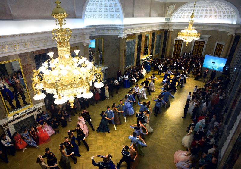 俄圣彼得堡圣诞舞会 美女如云颜值高图片