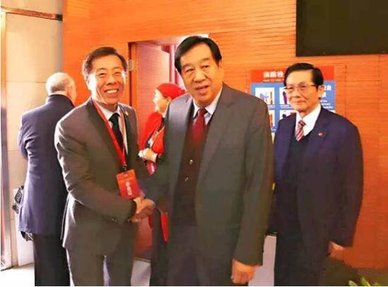 图二:董事长助理王文军先生与全国政协副主席李蒙先生亲切交流