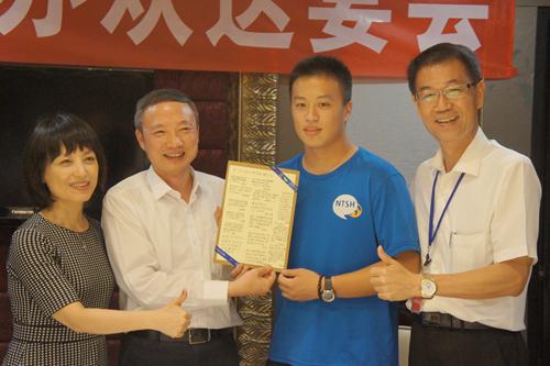 台东高中学生代表(右二)向四川省台办主任周敏谦(左二)致赠感谢卡。(图片来源:四川省台办)