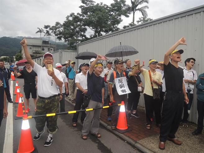 抗议民众高喊蔡英文下台,表达心中的不满。(图片来源:台湾《中时电子报》)